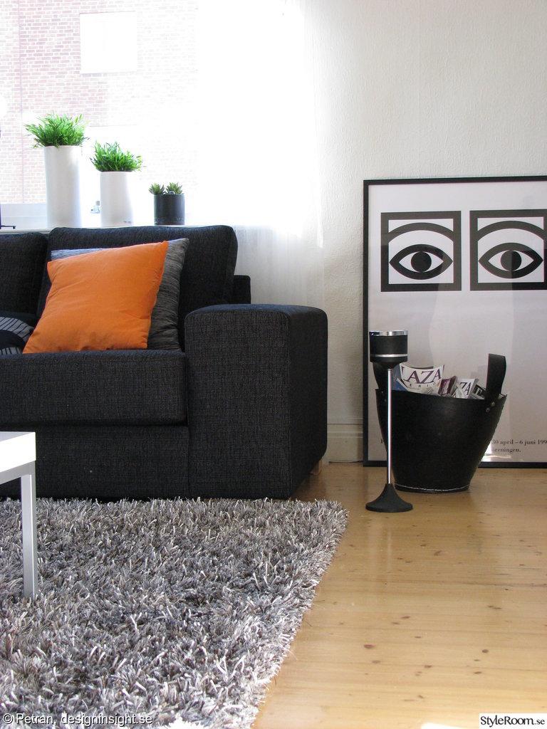 Vardagsrum,kakao,soffa,orange,matta,tavla,askfat,gummikorg,tidningsställ,fönster,krukor