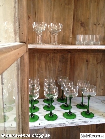 antikt,gammalt,vitrinskåp,skåp,glas,finglas,vinglas,grön
