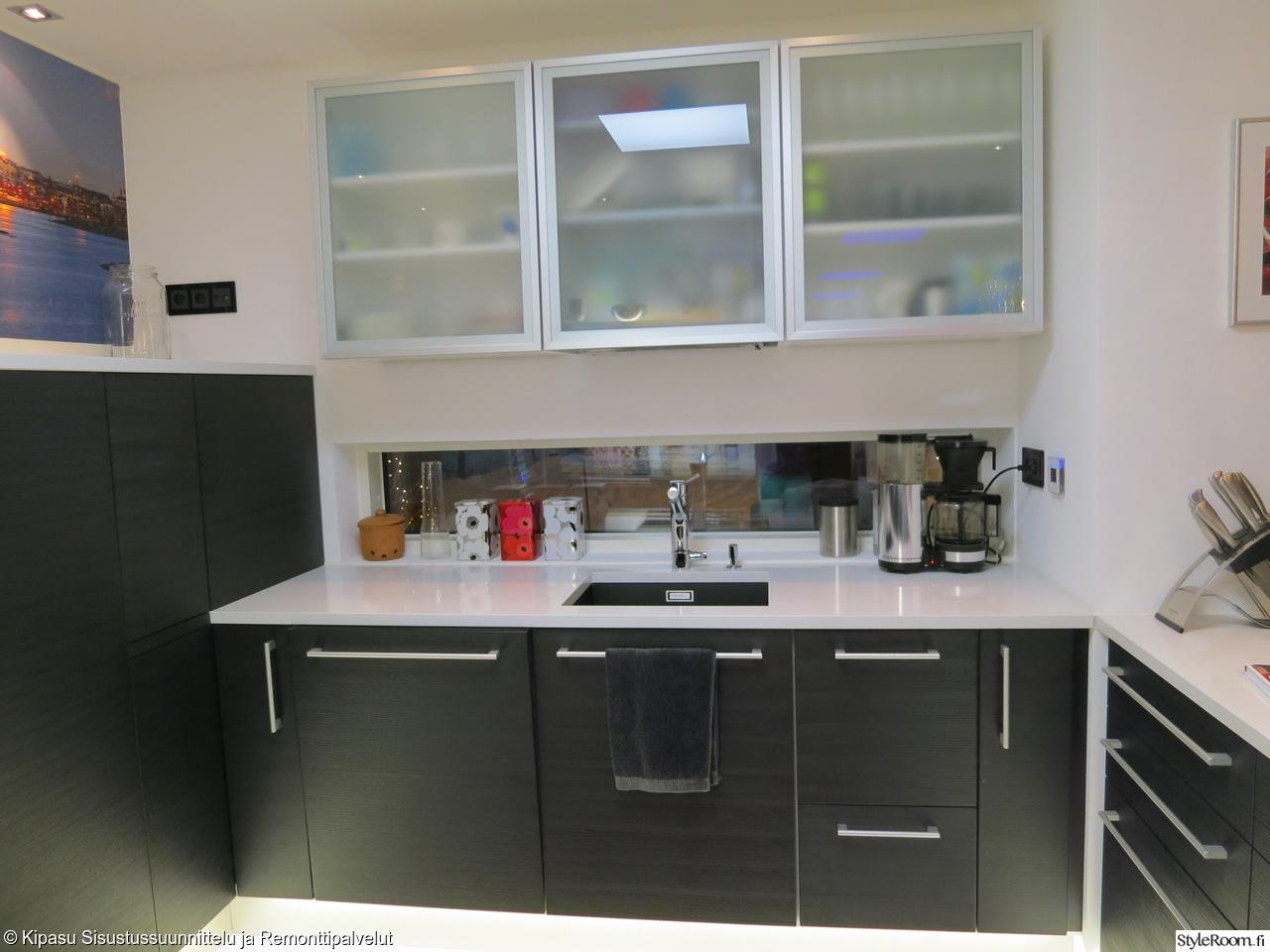 Moderni mustavalkoinen Puustelli keittiö  Ett