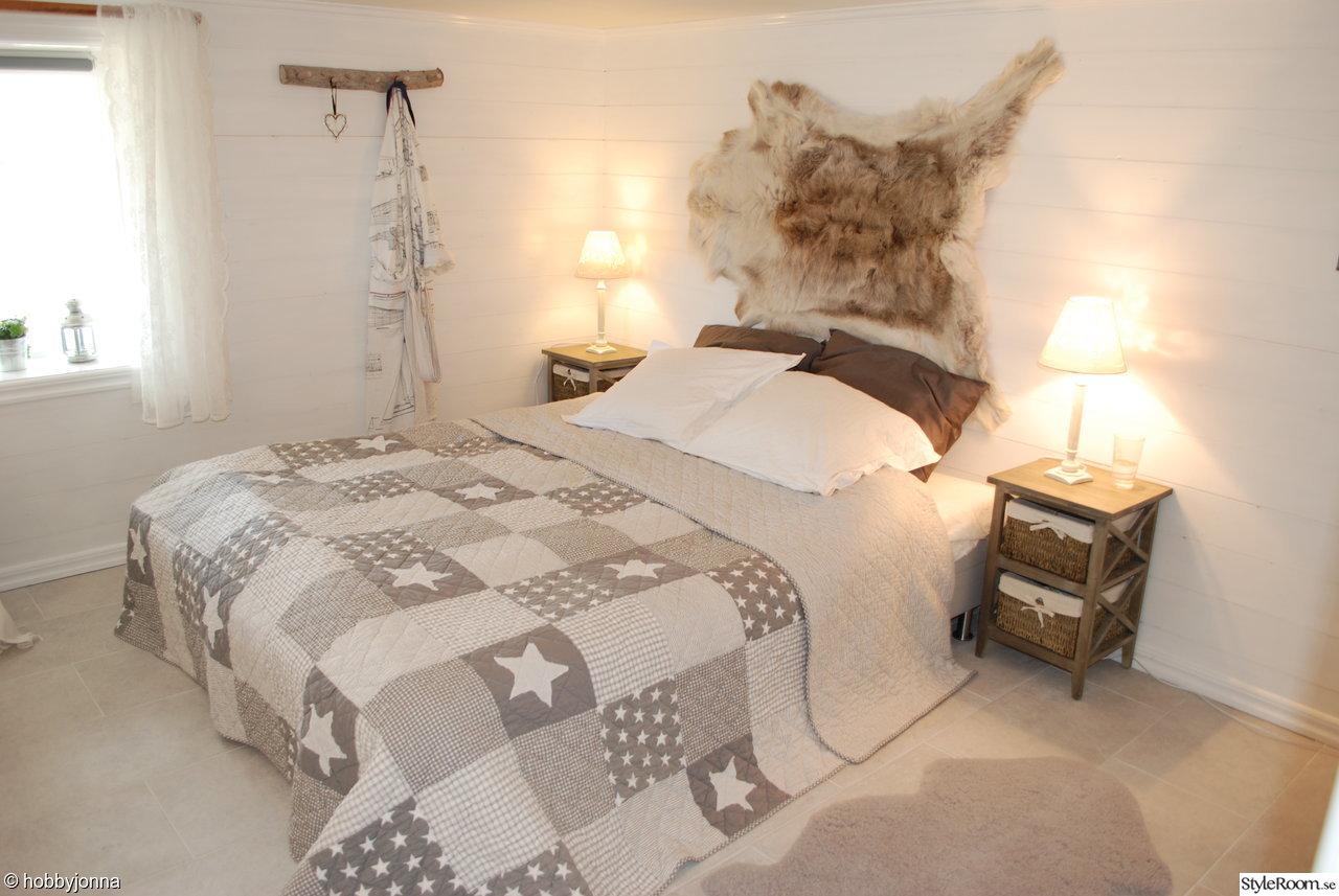 sovrum,lantligt,stjärnor,shabby chic,lexington,marint,grått,kuddar,stol,säng,krokar,källare