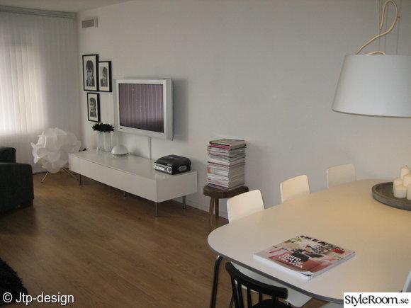 vardagsrum,matplats,ikea grimle köksbord,vita stolar,vit taklampa ikea,plasma tv,tv bänk,köksbord,tidningar,tvbänk,stol