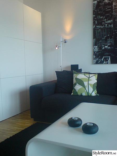 new york tavla,svart soffa,bokhylla,soffbord,soffa,tavla,förvaring,vardagsrum