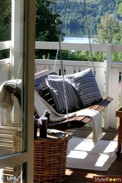 gunga,amerikansk hänggunga,utsikt balkong,sommarhus,sommar,trädgård,balkong,uteplats<br /><br />