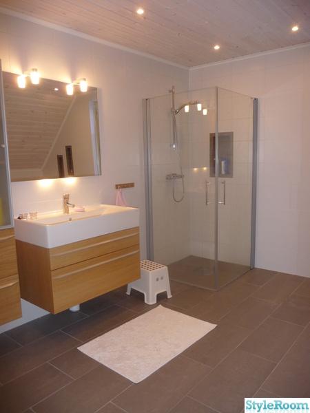 badrum,grått och vitt badrum,grått klinker golv,vitt kakel,svedbergs ...