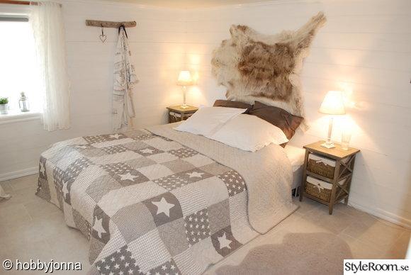 sovrum,lantligt,stjärnor,shabby chic,lexington,marint,grått,kuddar,stol,säng,krokar,källare,klinker,panel,vitt,lampor,dekoration,mysigt,new england
