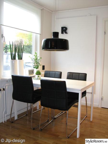 köksbord,läderimitation,mio,ikea,svart,vitt,fönster,växter,krukor,kök,matbord,matplats,taklampa,stol