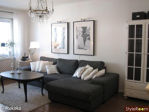 vardagsrum,vitt,svart,rokoko,soffa,kuddar,tavla,kristallkrona