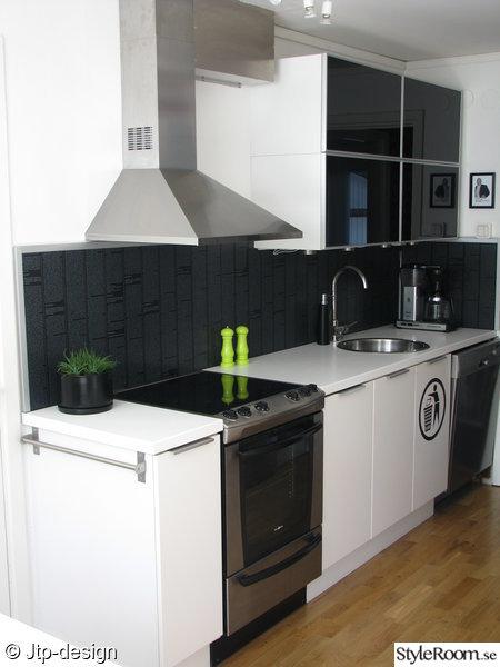 kök,fläktkåpa,spis,golv,faktum,rubrik skåplucka,diskaskin,salt och pepparkvarn,diskho,rund,svart vitt,grön,kaktus,kruka
