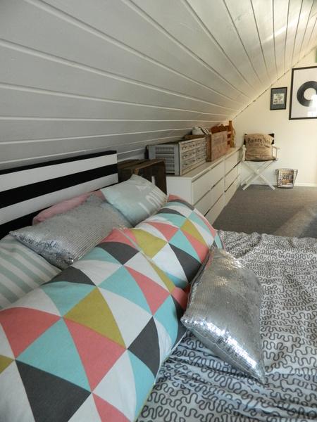 snetak,snedtak,trianglar,grafiskt,pastell,sänggavel,rustikt,sovrum