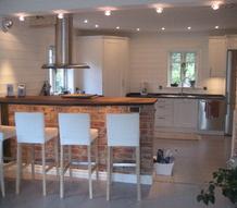 bardisk,barstolar,fläktkåpa,panel,kök,spotlights,spisfläkt,borstat stål,tegelvägg